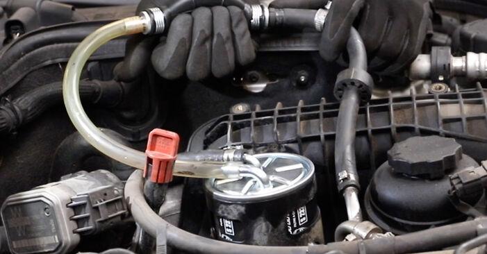 Schritt-für-Schritt-Anleitung zum selbstständigen Wechsel von Mercedes W211 2007 E 280 CDI 3.0 (211.020) Kraftstofffilter
