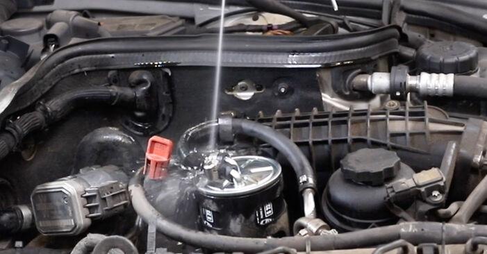 Wie Kraftstofffilter MERCEDES-BENZ E-Klasse Limousine (W211) E 270 CDI 2.7 (211.016) 2003 austauschen - Schrittweise Handbücher und Videoanleitungen