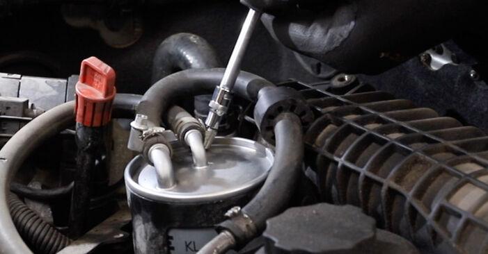 Wie schwer ist es, selbst zu reparieren: Kraftstofffilter Mercedes W211 E 320 CDI 3.0 (211.022) 2008 Tausch - Downloaden Sie sich illustrierte Anleitungen