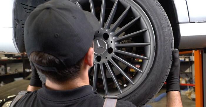 Hvordan skifte Bremseklosser på MERCEDES-BENZ E-Klasse Sedan (W211) 2006 – tips og triks