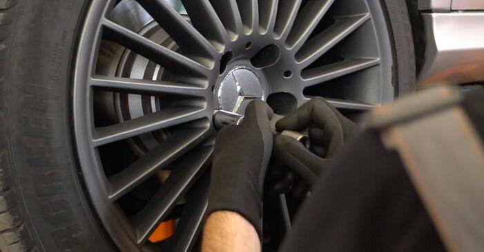 Hvordan skifte Bremseklosser på MERCEDES-BENZ E-Klasse Sedan (W211) 2007: Last ned PDF- og videoveiledninger
