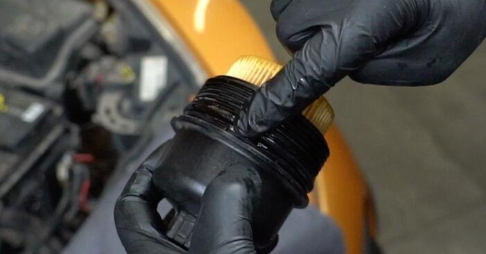 Wie man PEUGEOT 207 (WA_, WC_) 1.4 HDi 2007 Ölfilter austauscht - Schrittweise Handbücher und Videowegleitungen