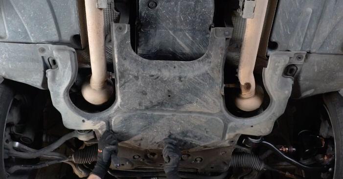 Quão difícil é efetuar a substituição de Filtro de Óleo no Mercedes W203 C 200 2.0 Kompressor (203.045) 2006 por si mesmo - descarregue o guia ilustrado