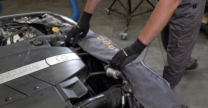 Substituição de Mercedes W203 C 180 1.8 Kompressor (203.046) 2002 Filtro de Óleo: manuais gratuitos de oficina