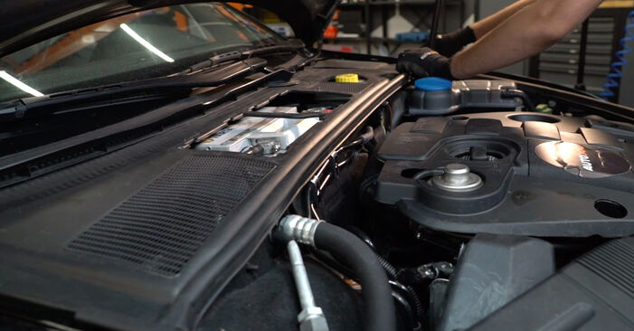 AUDI A4 2.5 TDI quattro Innenraumfilter ausbauen: Anweisungen und Video-Tutorials online