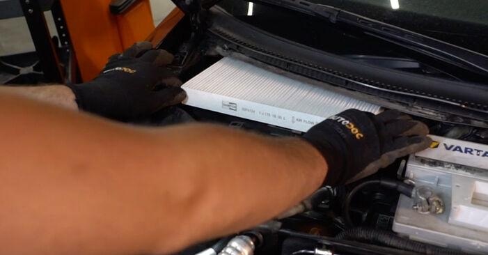 Wie schwer ist es, selbst zu reparieren: Innenraumfilter Audi A4 B6 Avant 1.8 T quattro 2003 Tausch - Downloaden Sie sich illustrierte Anleitungen