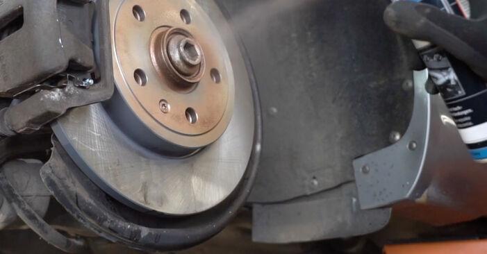 Wie schwer ist es, selbst zu reparieren: Bremsbeläge Audi A4 B7 Limousine 2.0 TFSI 2005 Tausch - Downloaden Sie sich illustrierte Anleitungen