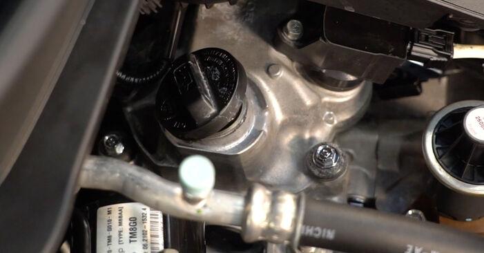 Honda Insight ZE2/ZE3 1.3 Hybrid (ZE2) 2011 Alyvos filtras keitimas: nemokamos remonto instrukcijos