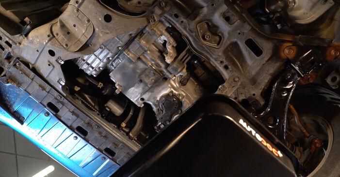 Ar sudėtinga pasidaryti pačiam: Honda Insight ZE2/ZE3 1.3 Hybrid (ZE28, ZE2) 2015 Alyvos filtras keitimas - atsisiųskite iliustruotą instrukciją