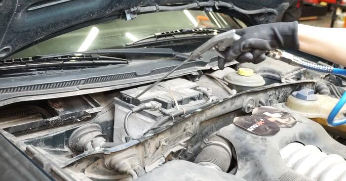 Wie schwer ist es, selbst zu reparieren: Innenraumfilter Audi A6 C5 Avant 1.8 T quattro 2003 Tausch - Downloaden Sie sich illustrierte Anleitungen
