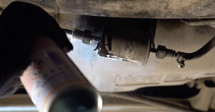 Comment remplacer Filtre à Carburant sur RENAULT TWINGO I (C06_) 1998 : téléchargez les manuels PDF et les instructions vidéo