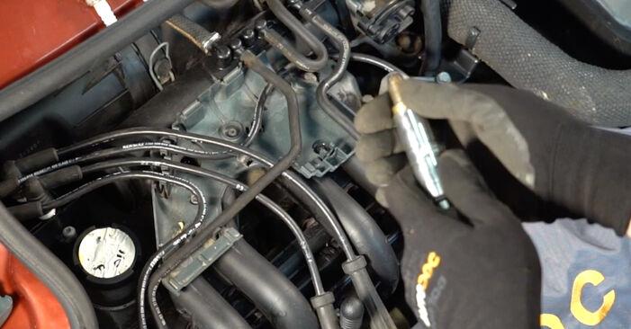 Wie schwer ist es, selbst zu reparieren: Zündkerzen Renault Twingo Mk1 1.0 1999 Tausch - Downloaden Sie sich illustrierte Anleitungen