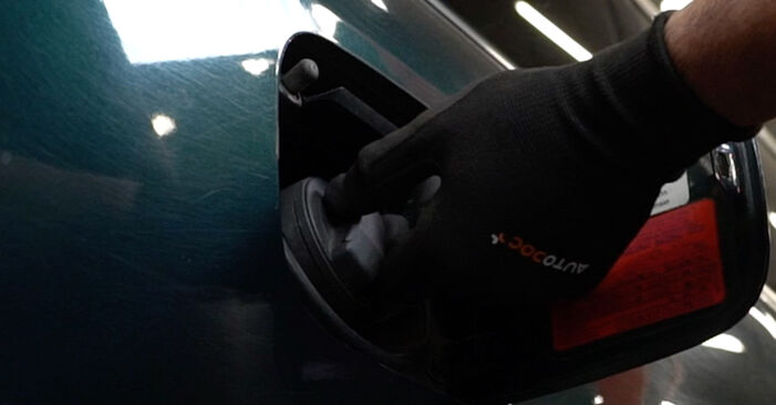 Kraftstofffilter beim AUDI A6 2.5 TDI quattro 2004 selber erneuern - DIY-Manual