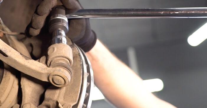 Kuinka vaikeaa on tehdä itse: Raidetangon Pää-osien vaihto Volvo V70 SW 2.4 D 2005 -autoon - lataa kuvitettu opas
