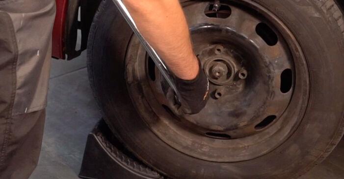Kaip pakeisti CITROËN C3 I Hatchback (FC_, FN_) 1.4 HDi 2003 Skersinės vairo trauklės galas - išsamios instrukcijos ir vaizdo pamokos