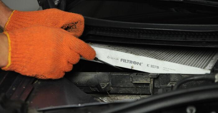 Wie schwer ist es, selbst zu reparieren: Innenraumfilter Audi A4 B7 Avant 1.8 T 2005 Tausch - Downloaden Sie sich illustrierte Anleitungen