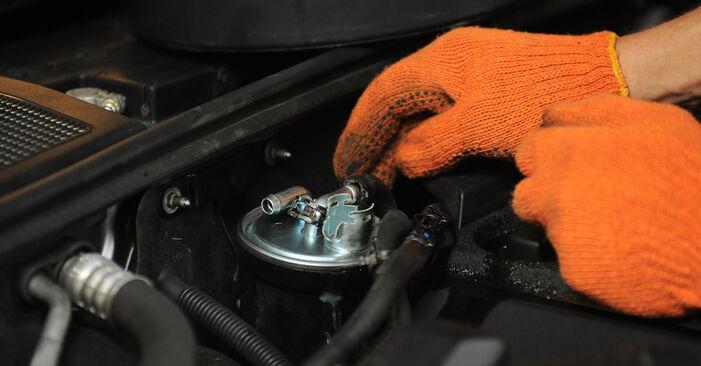 Austauschen Anleitung Kraftstofffilter am Audi A4 B7 Avant 2004 2.0 TDI selbst