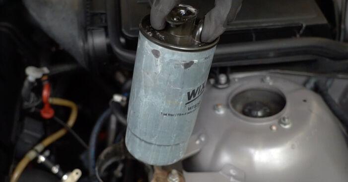Kraftstofffilter Ihres BMW E39 Touring 520i 2.0 2003 selbst Wechsel - Gratis Tutorial