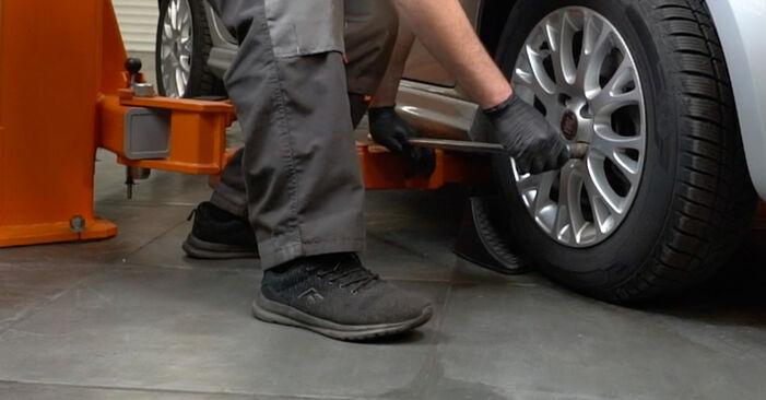 Kaip pakeisti FIAT GRANDE PUNTO (199) 1.3 D Multijet 2006 Skersinės vairo trauklės galas - išsamios instrukcijos ir vaizdo pamokos