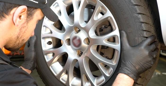 Ar sudėtinga pasidaryti pačiam: Fiat Punto 199 1.4 Natural Power 2011 Skersinės vairo trauklės galas keitimas - atsisiųskite iliustruotą instrukciją