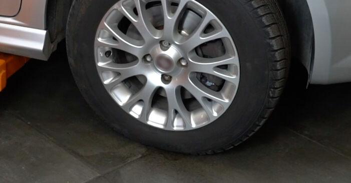 FIAT GRANDE PUNTO 1.4 Skersinės vairo trauklės galas keitimas: internetiniai gidai ir vaizdo pamokos
