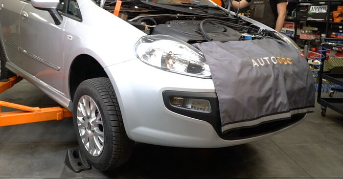 Fiat Punto 199 1.4 2007 Skersinės vairo trauklės galas keitimas: nemokamos remonto instrukcijos