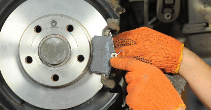 Hur byta Bromsbelägg på Audi A4 b7 2002 – gratis PDF- och videomanualer