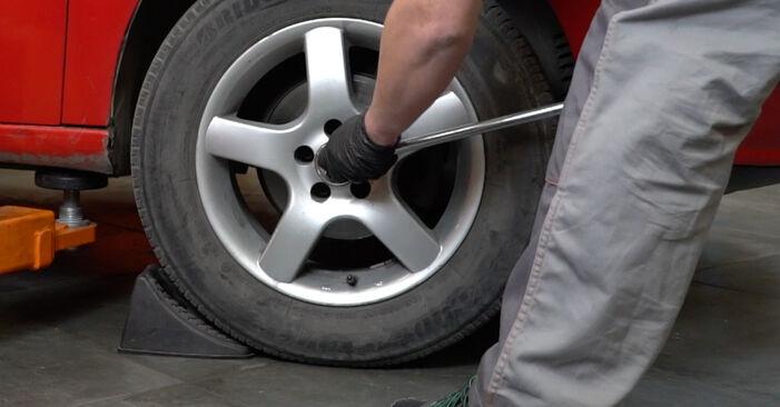 Hvordan man udskifter SEAT Ibiza III Hatchback (6L) 1.9 TDI 2003 Styrekugle - trin-for-trin manualer og video vejledninger