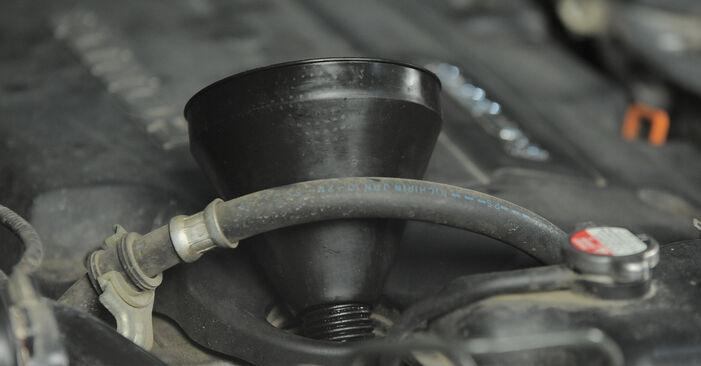 Ölfilter beim HONDA CR-V 2.4 4WD 2002 selber erneuern - DIY-Manual