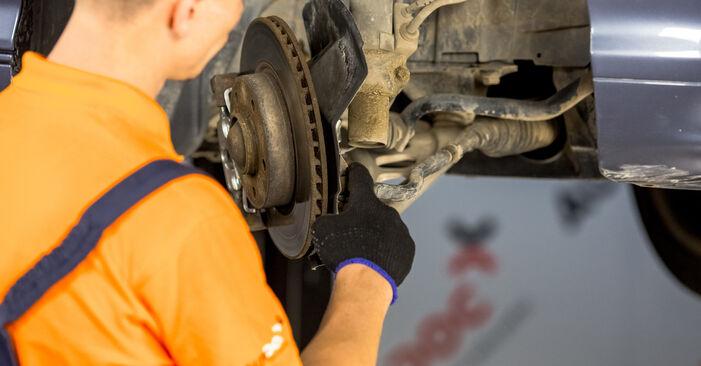 Ar sudėtinga pasidaryti pačiam: BMW E46 320i 2.0 2004 Skersinės vairo trauklės galas keitimas - atsisiųskite iliustruotą instrukciją