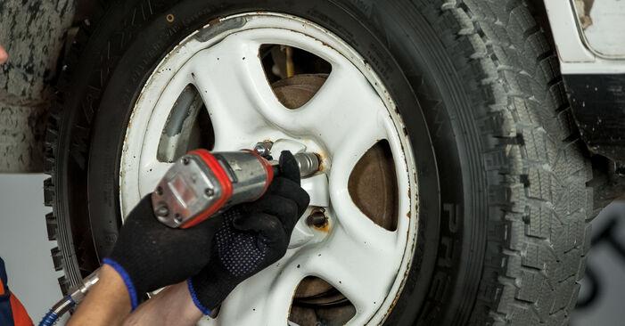 Kuidas eemaldada TOYOTA RAV4 2.4 4WD 2004 Roolivardapea - hõlpsasti järgitavad juhised online