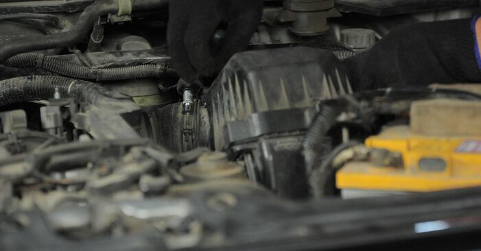 Wechseln Luftfilter am HONDA CR-V II (RD_) 2.4 Vtec 4WD 2004 selber