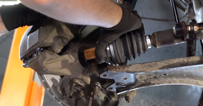 Hvordan bytte Drivknute på VW Caddy III Van (2KA, 2KH, 2CA, 2CH) 2.0 TDI 4motion 2007 selv