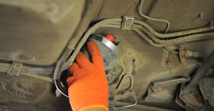 AUDI 80 2.6 Kraftstofffilter ausbauen: Anweisungen und Video-Tutorials online