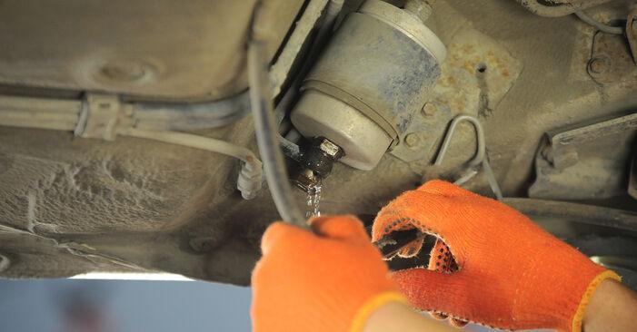 Wechseln Kraftstofffilter am AUDI 80 Limousine (8C2, B4) 2.3 E 1994 selber