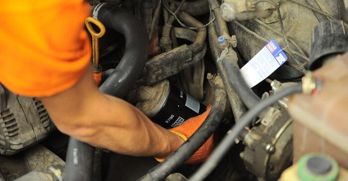 Tausch Tutorial Ölfilter am AUDI 80 Limousine (8C2, B4) 1991 wechselt - Tipps und Tricks