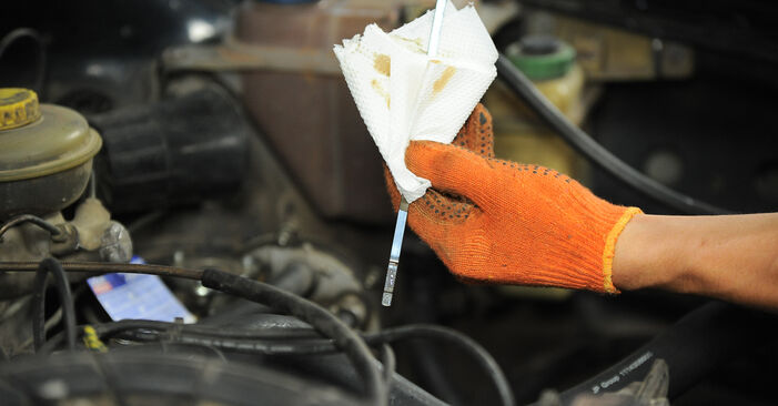 Wechseln Ölfilter am AUDI 80 Limousine (8C2, B4) 2.3 E 1994 selber