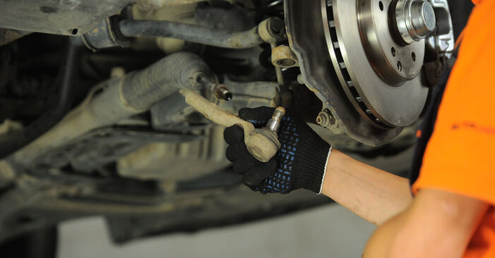 Смяна на Накрайник на напречна кормилна щанга на Mercedes W210 1996 E 300 3.0 Turbo Diesel (210.025) самостоятелно