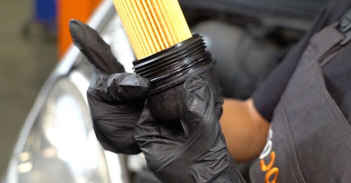 Wie Ölfilter VW Lupo (6X1, 6E1) 1.0 1999 austauschen - Schrittweise Handbücher und Videoanleitungen