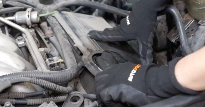 Wie schwer ist es, selbst zu reparieren: Zündkerzen Audi A6 C5 Avant 1.8 T quattro 2003 Tausch - Downloaden Sie sich illustrierte Anleitungen