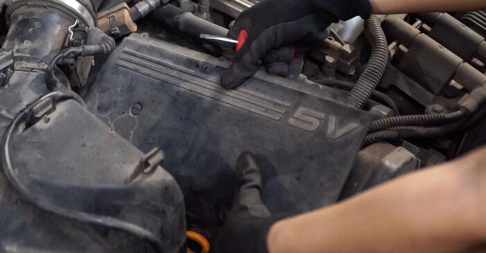 Zündkerzen beim AUDI A6 2.5 TDI quattro 2004 selber erneuern - DIY-Manual