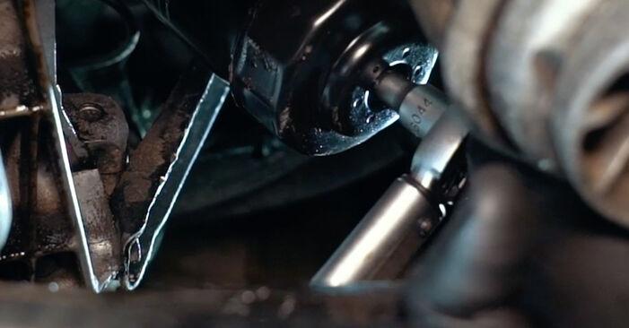 Tausch Tutorial Ölfilter am AUDI A4 Limousine (8D2, B5) 1998 wechselt - Tipps und Tricks