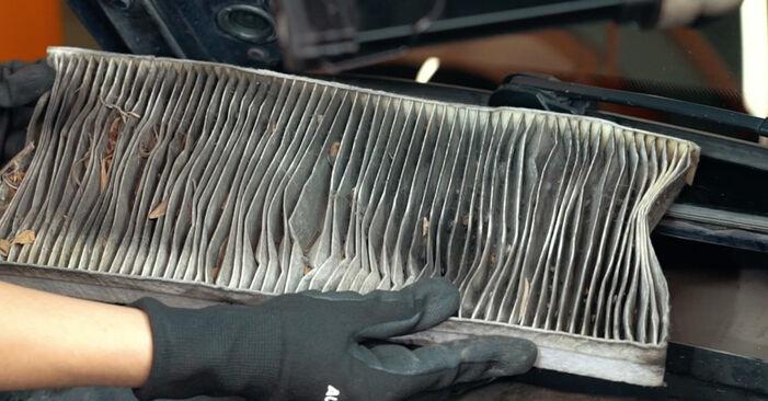 Wie schwer ist es, selbst zu reparieren: Innenraumfilter Audi A4 B5 S4 2.7 quattro 2000 Tausch - Downloaden Sie sich illustrierte Anleitungen