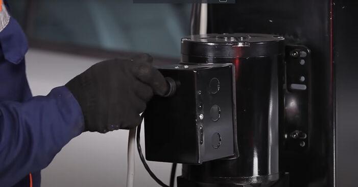 Tausch Tutorial Kraftstofffilter am VW GOLF III (1H1) 1995 wechselt - Tipps und Tricks