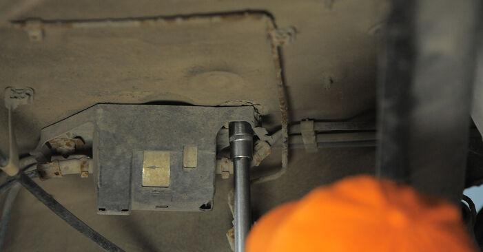 Wie Kraftstofffilter VW GOLF III (1H1) 2.0 1992 austauschen - Schrittweise Handbücher und Videoanleitungen