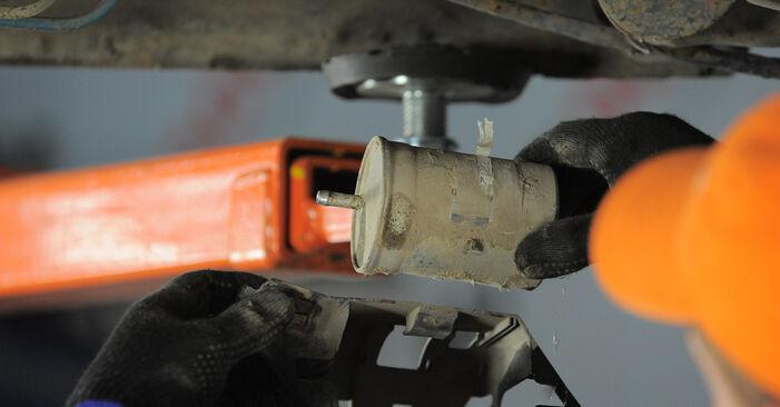 Wie schwer ist es, selbst zu reparieren: Kraftstofffilter Golf 3 2.0 GTI 16V 1997 Tausch - Downloaden Sie sich illustrierte Anleitungen