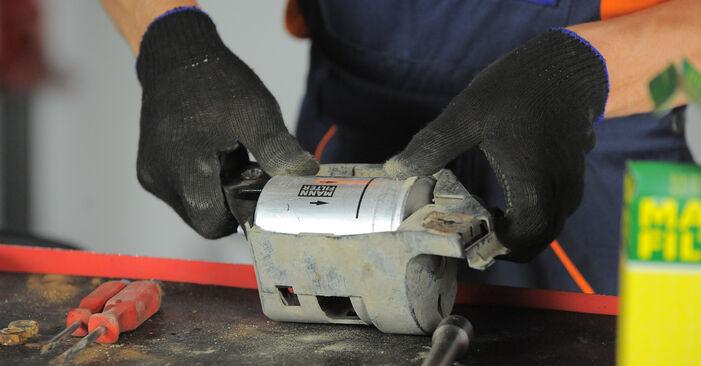 Kraftstofffilter beim VW GOLF 1.4 1998 selber erneuern - DIY-Manual