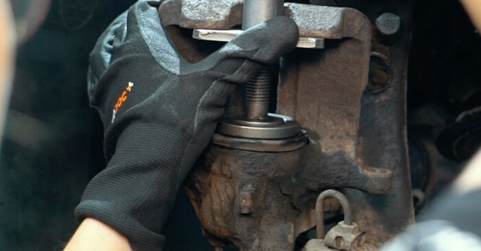 Tausch Tutorial Bremsbeläge am AUDI A4 Limousine (8D2, B5) 1998 wechselt - Tipps und Tricks
