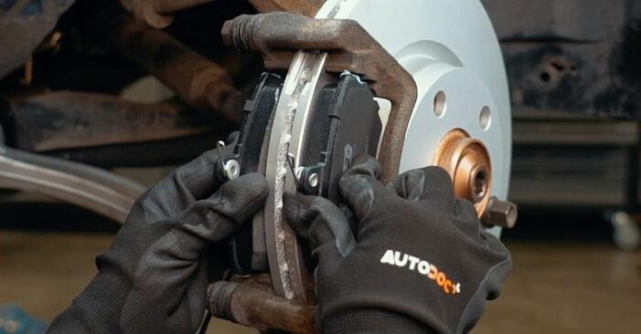 Schritt-für-Schritt-Anleitung zum selbstständigen Wechsel von Audi A4 B5 1999 1.8 T quattro Bremsbeläge