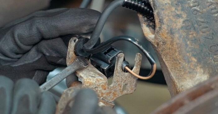 Bremsbeläge am AUDI A4 Limousine (8D2, B5) 1.9 TDI quattro 1999 wechseln – Laden Sie sich PDF-Handbücher und Videoanleitungen herunter